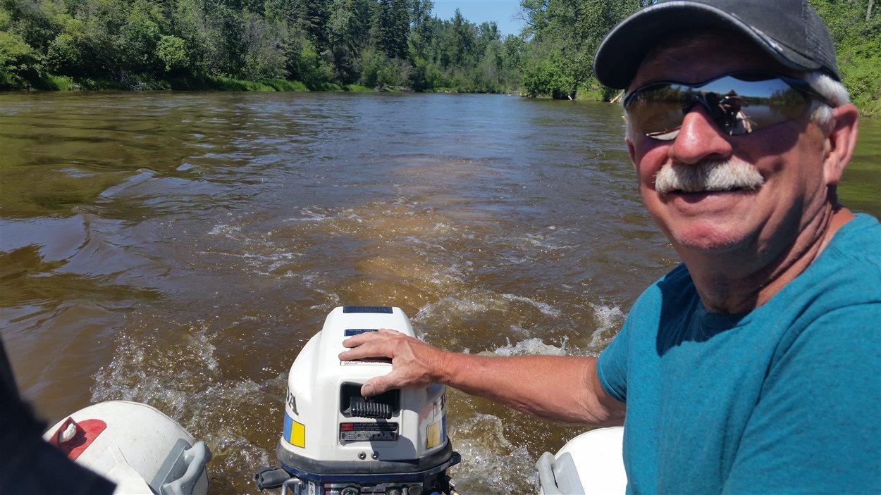 Patrice Dallaire navigue habilement sur les eaux peu profondes de la rivière Sand.