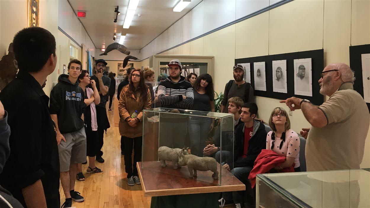 Le sculpteur Don Darby rencontre les étudiants en arts du Cégep de Baie-Comeau.