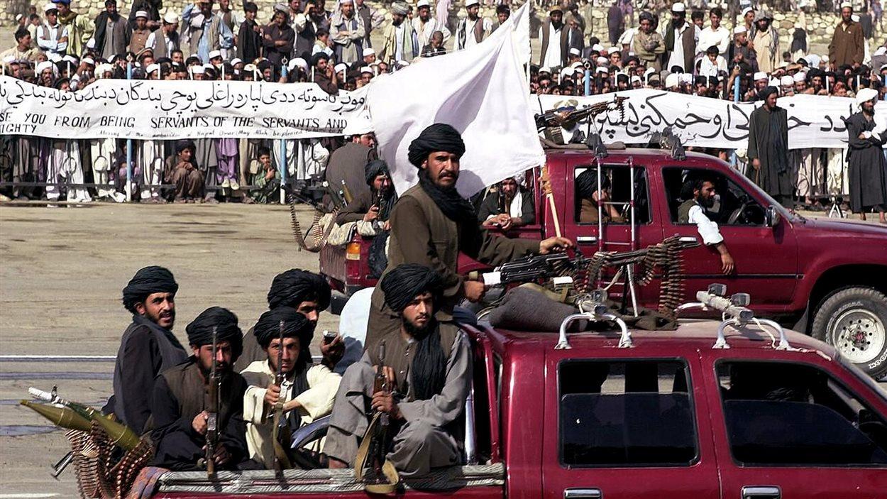 Des talibans armés dans des camionnettes