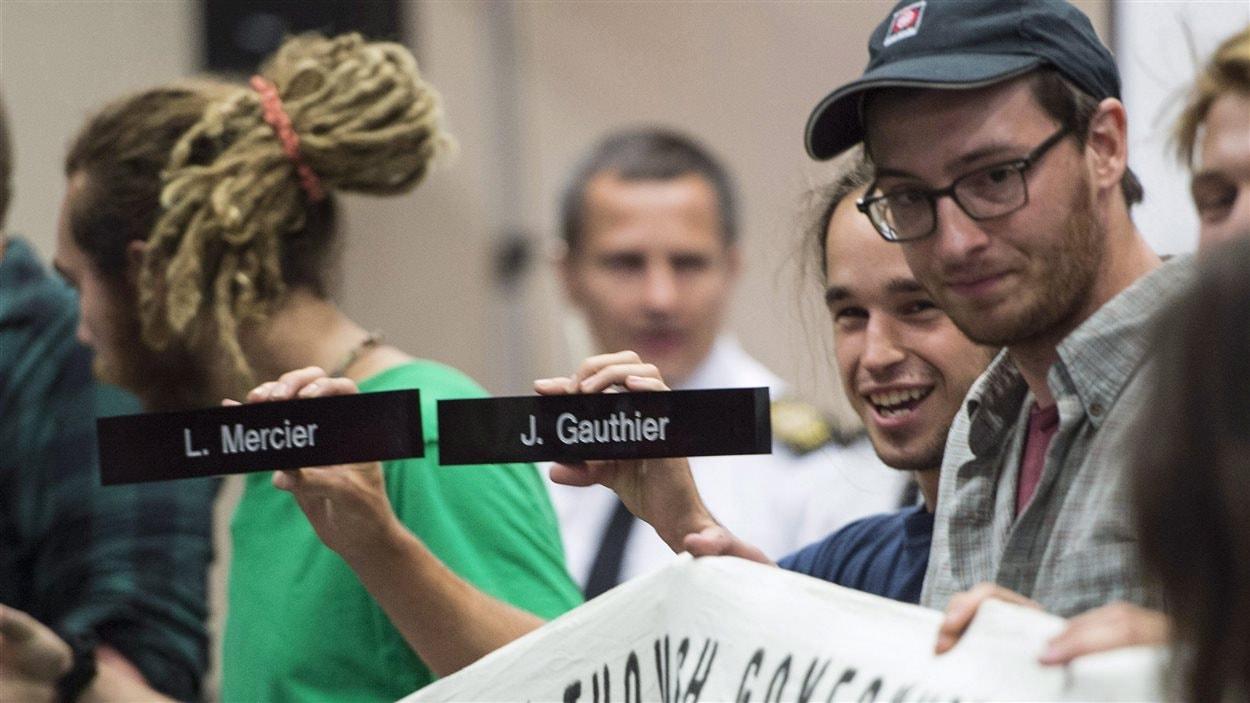 Des manifestants demandent la récusation des commissaires Lyne Mercier et Jacques Gauthier, de l'Office national de l'énergie.