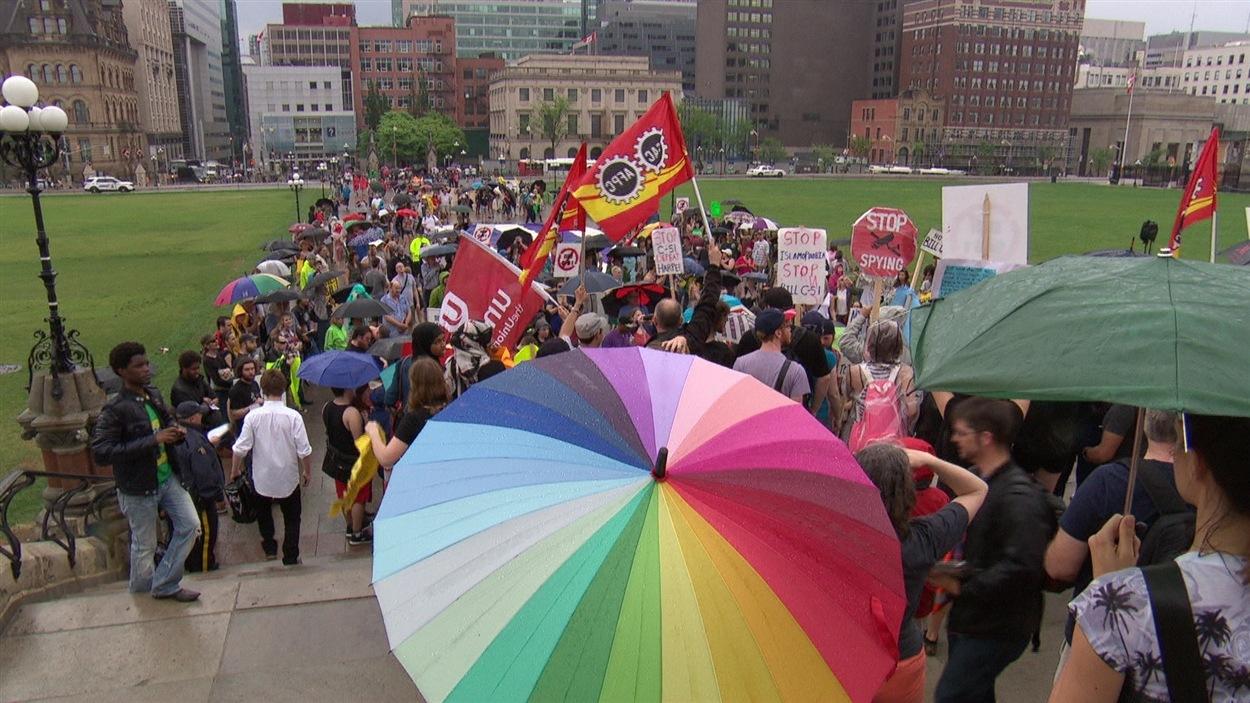 Des centaines de personnes avaient manifesté à Ottawa, en mai 2015, pour dénoncer le projet de loi C-51.