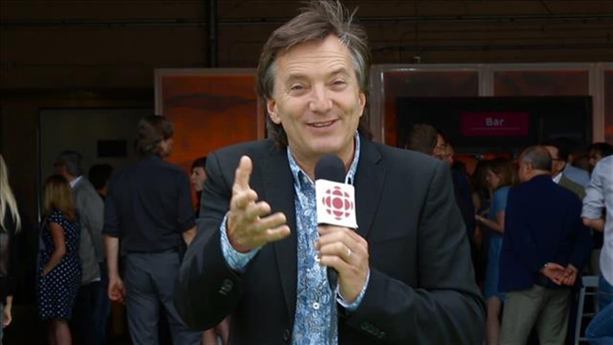 Francis Reddy répond à une question au micro de Radio-Canada en s'adressant à la caméra, lors d'un événement de la rentrée 2016.