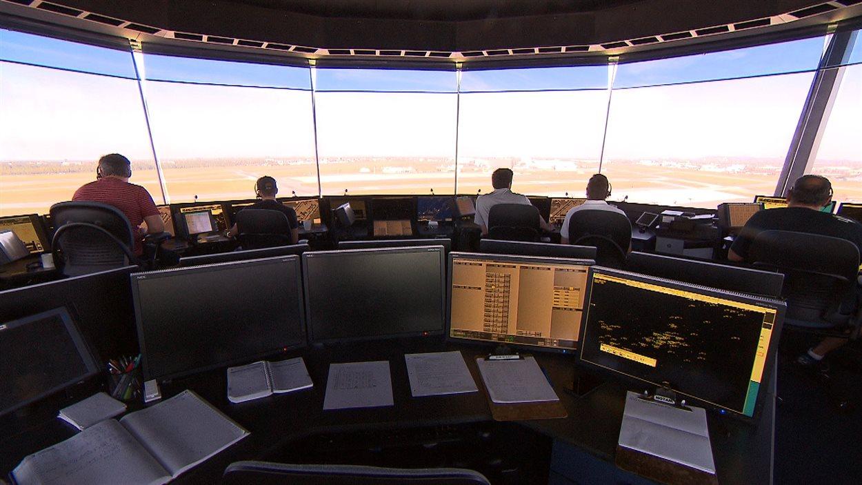 Des contrôleurs aériens à l'aéroport Montréal-Trudeau, qui ne portait pas encore ce nom en septembre 2001.