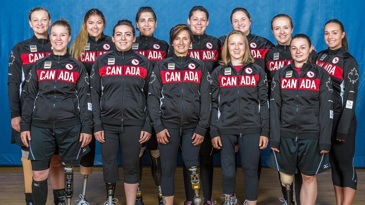 L'équipe canadidenne de volleyball assis féminin