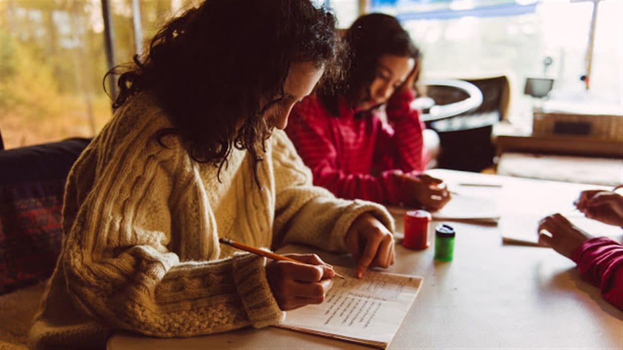 filles assises à une table, étudient