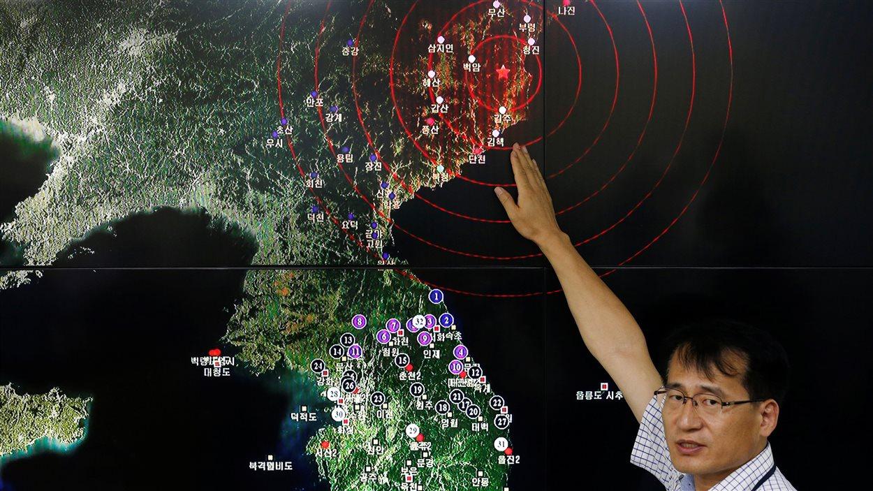 Un chercheur de l'agence météorologique en Corée du Sud montre l'endroit où la secousse a été enregistrée en Corée du Nord.