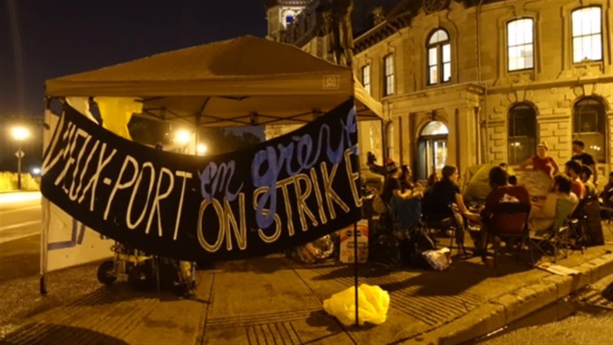 Le campement des grévistes a été érigé au 333 rue de la Commune ouest, dans le Vieux-Port de Montréal.