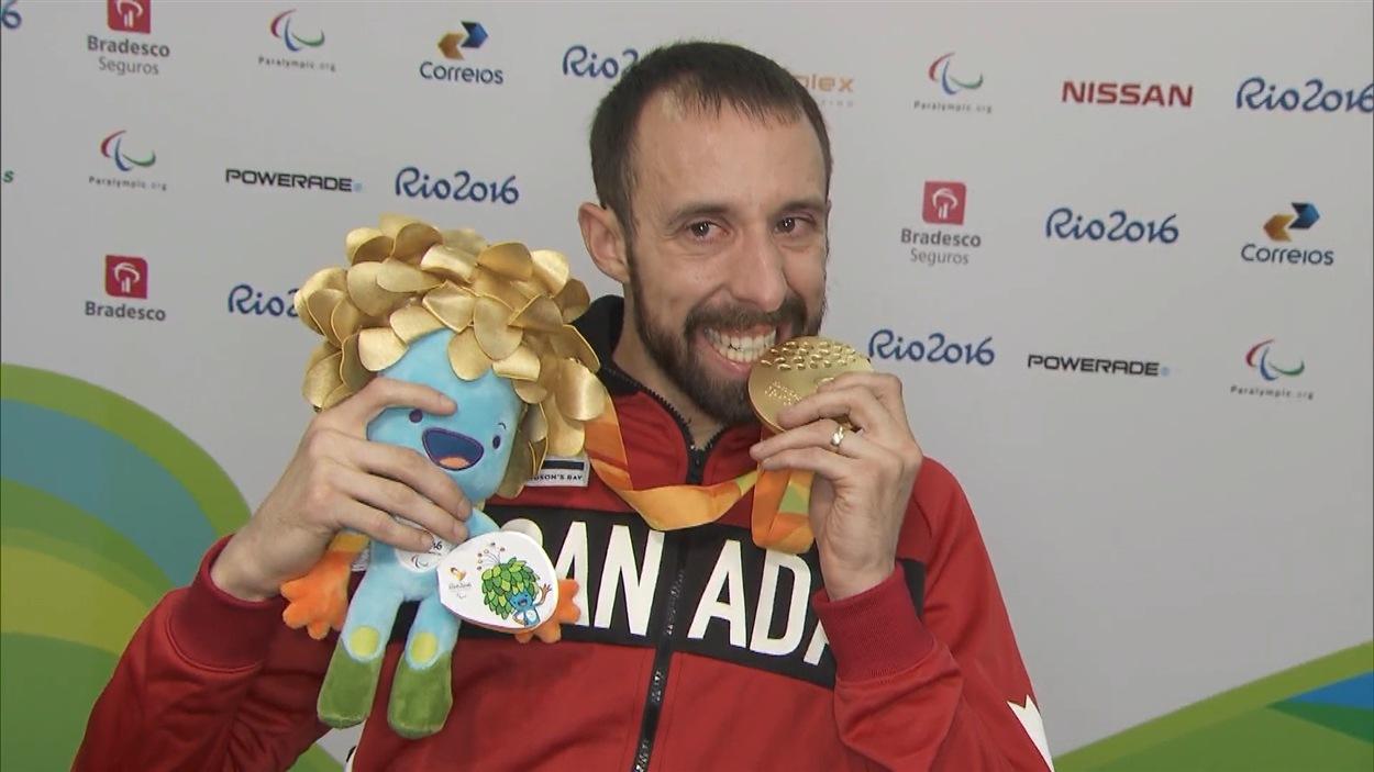 Brant Lakatos avec sa médaille d'or paralympique récoltée au 100 m T53