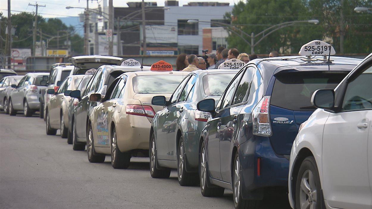 Des chauffeurs de taxi ont manifesté devant les bureaux de Contrôle routier Québec vendredi.