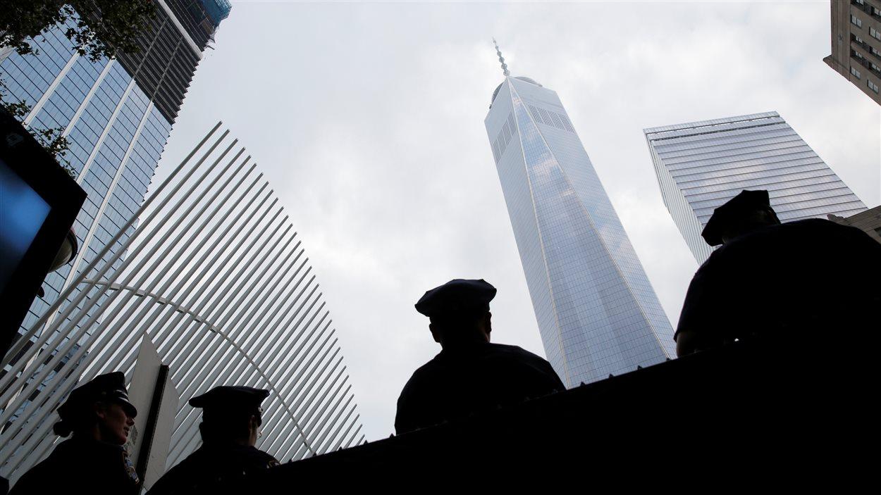 Des policiers new-yorkais montent la garde à proximité du site de Ground Zero.