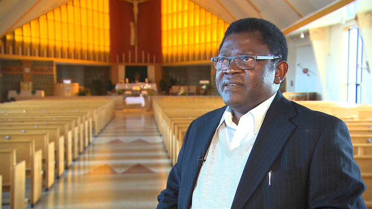 Le père André Mwamba, curé de la paroisse Marie-Immaculée de Sept-Îles.