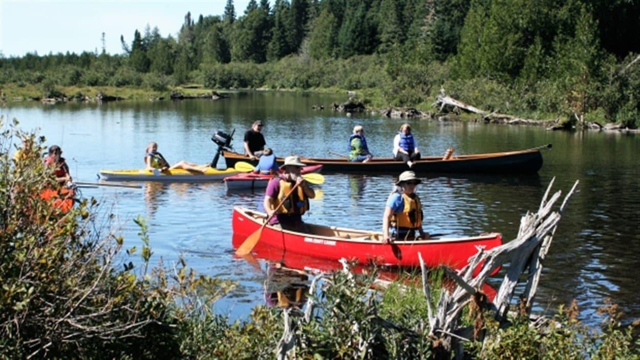 Des canoteurs sur le lac Nictau, au parc provincial du Mont-Carleton