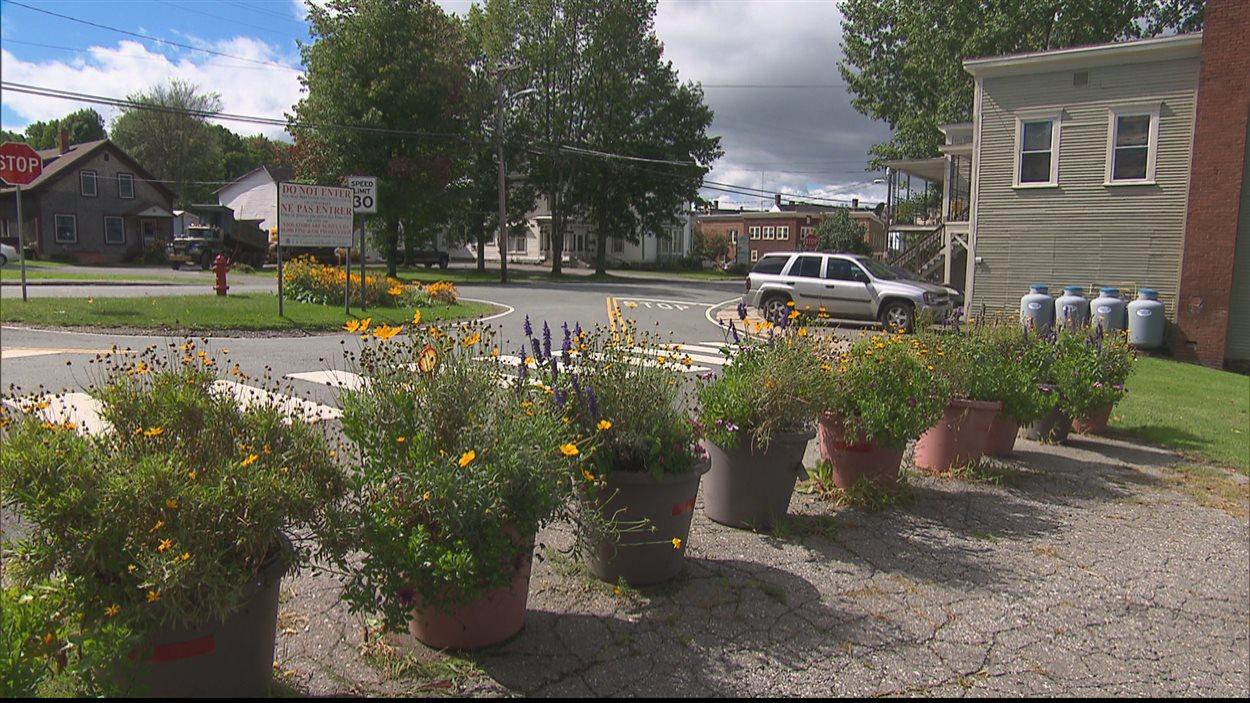 Des rues reliant Stanstead et les États-Unis ont été barrées par des pots de fleurs pour éviter des erreurs coûteuses.
