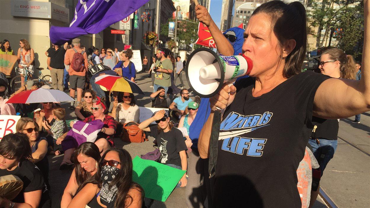 Une manifestation pour dénoncer le projet de pipeline Dakota Access à Toronto.