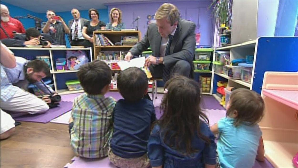 Le chef du Parti libéral du N.-B., Brian Gallant, dans une garderie pour annoncer le programme des nouvelles places en garderie lors de la campagne électorale de 2014.