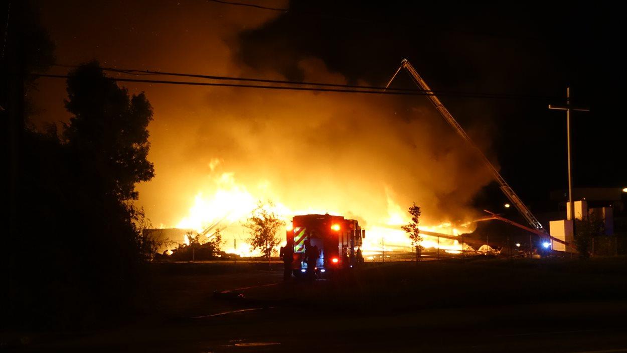 Une église désaffectée de Longueuil a été la proie des flammes.