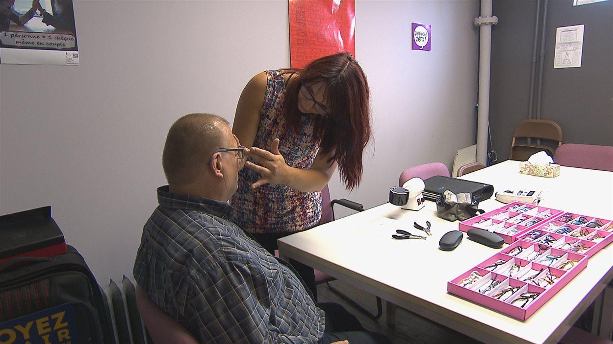 Cynthia Allard aide un client à choisir une monture de lunettes