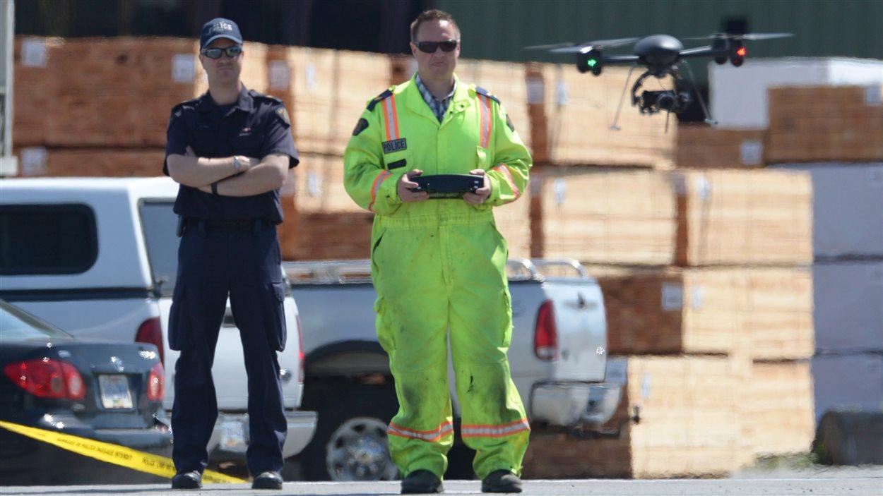 Un policier de la GRC fait voler un drone au dessus d'une scène de crime en 2014 en Colombie-Britannique.
