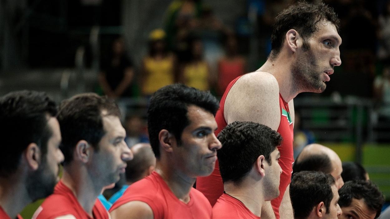 Mehrzad avec ses coéquipiers iraniens pendant l'hymne national.