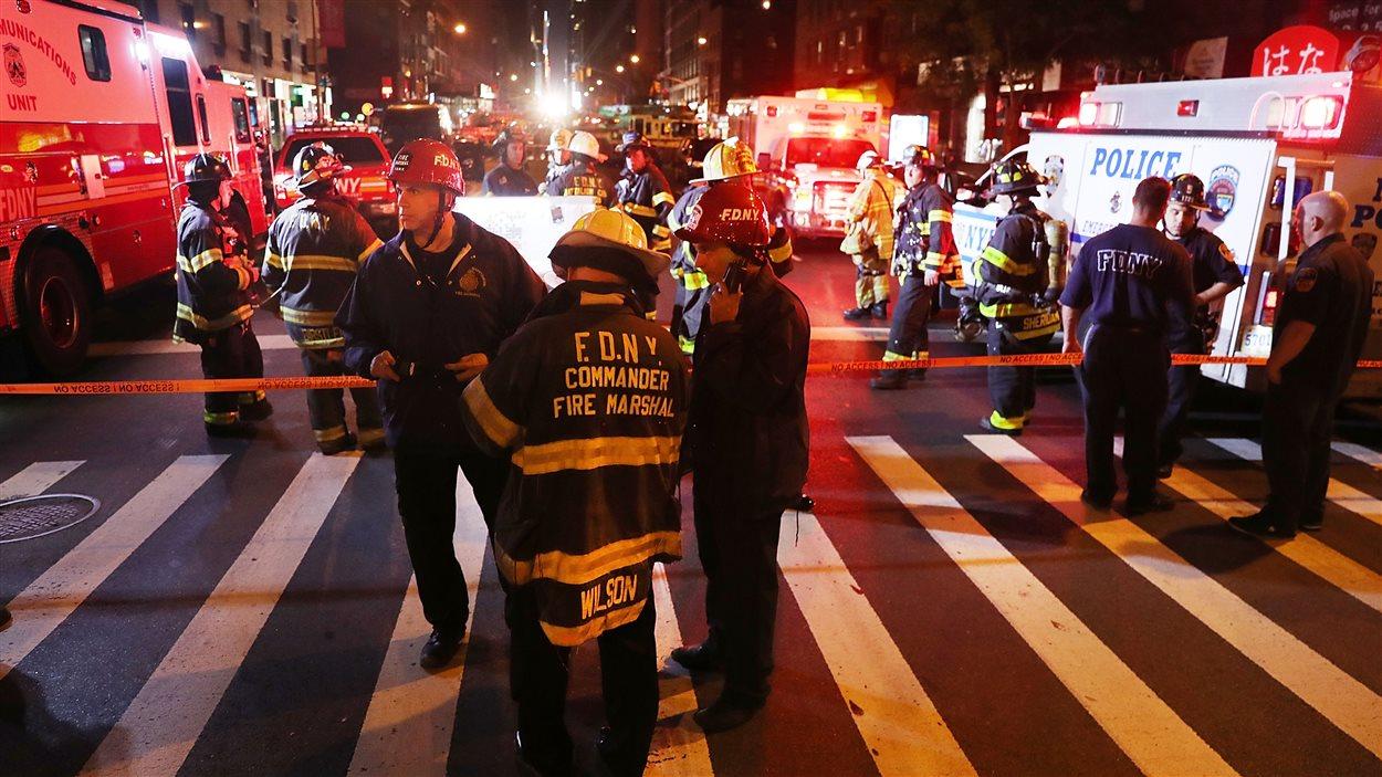 La police, les pompiers et les ambulanciers sont sur les lieux de l'explosion, dans le quartier de Chelsea, à New York.