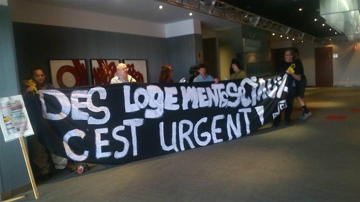 Manifestation durant la journée de consultation publique de la Société d'Habitation du Québec à Val-d'Or.