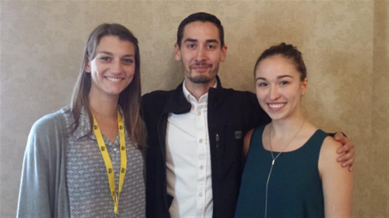 Justin Johnson, du Manitoba (centre) est le nouveau président de la Fédération de la jeunesse canadienne-française. Sophie Brassard, de la Colombie-Britannique, est vice-présidente, et Gillian Theoret, de la Saskatchewan, est trésorière.