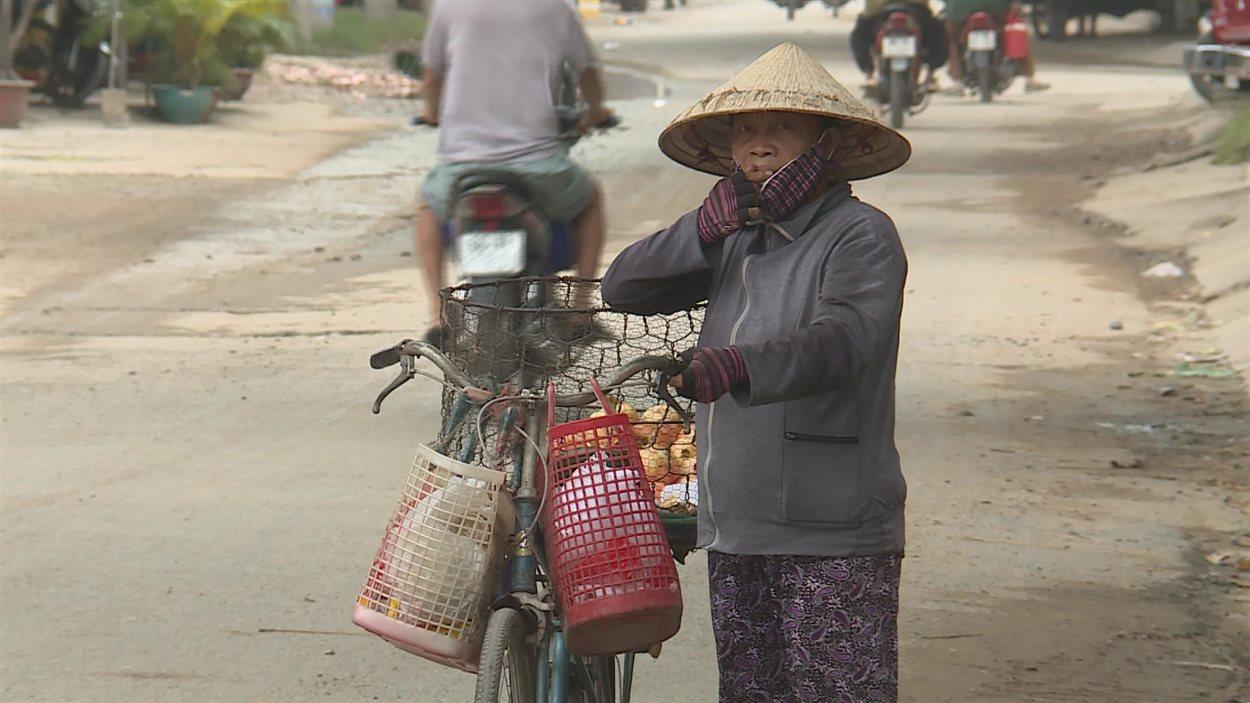 Une passante dans une rue du Vietnam