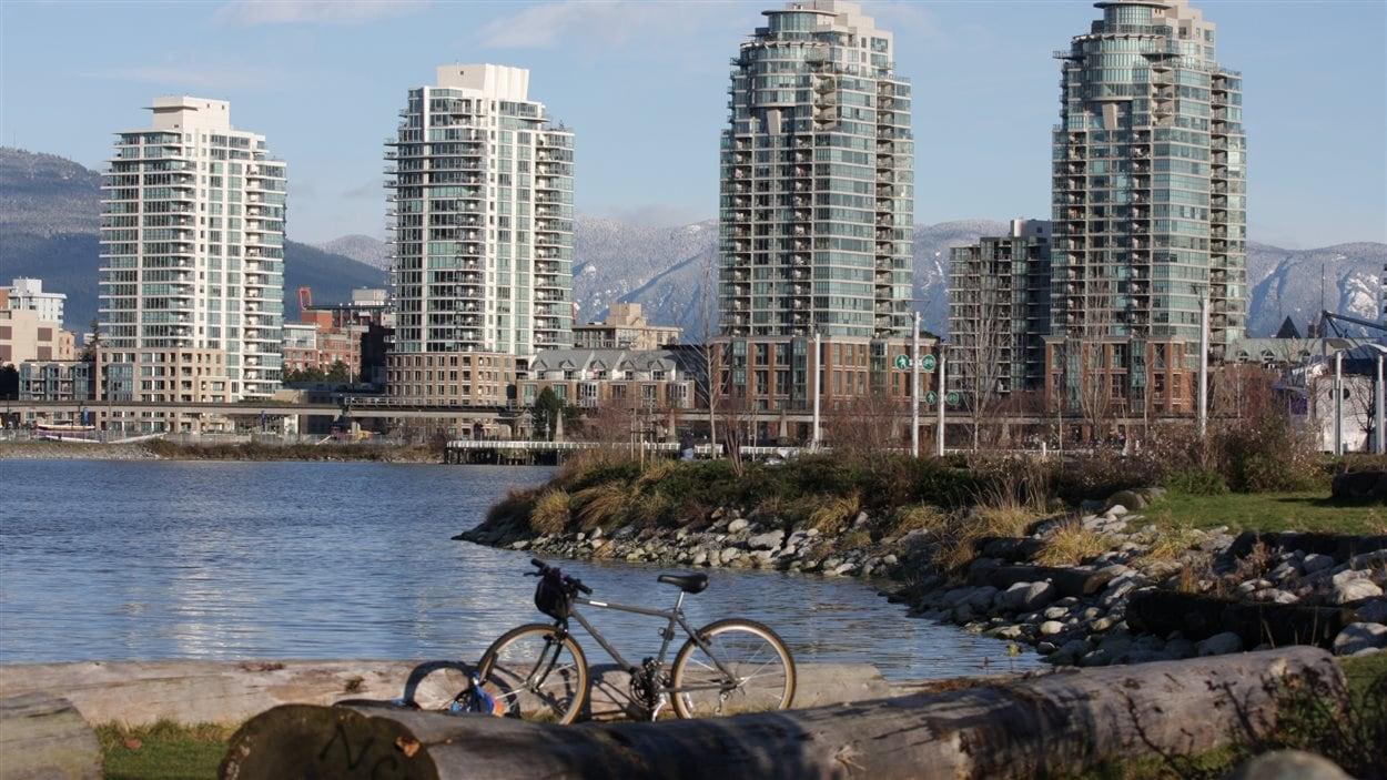 Une vue de Vancouver avec ses gratte-ciels et ses maisons de ville