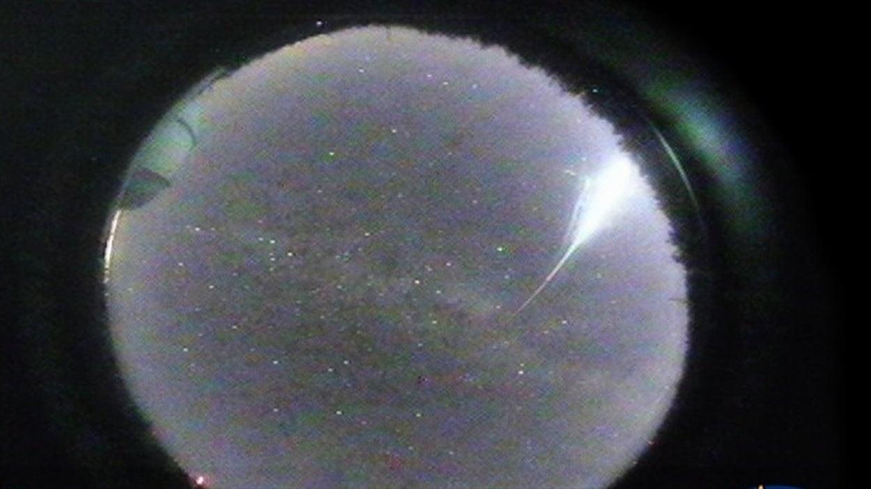 Image du météore captée par une caméra de l'ASTROLab du Mont-Mégantic.