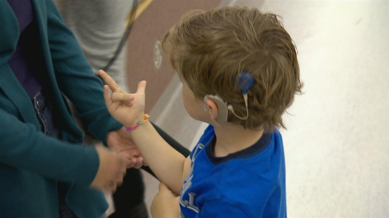 Un enfant avec un implant cochléaire.