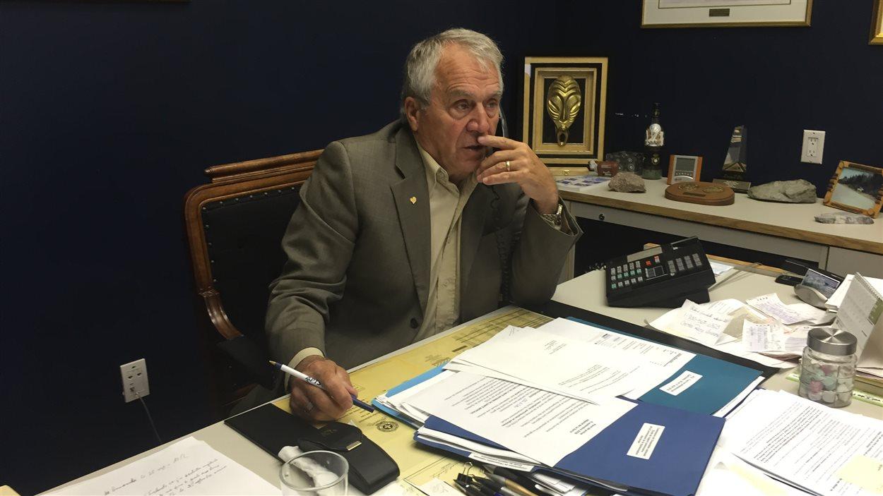 Le député d'Abitibi-Ouest, François Gendron, dans son bureau de La Sarre