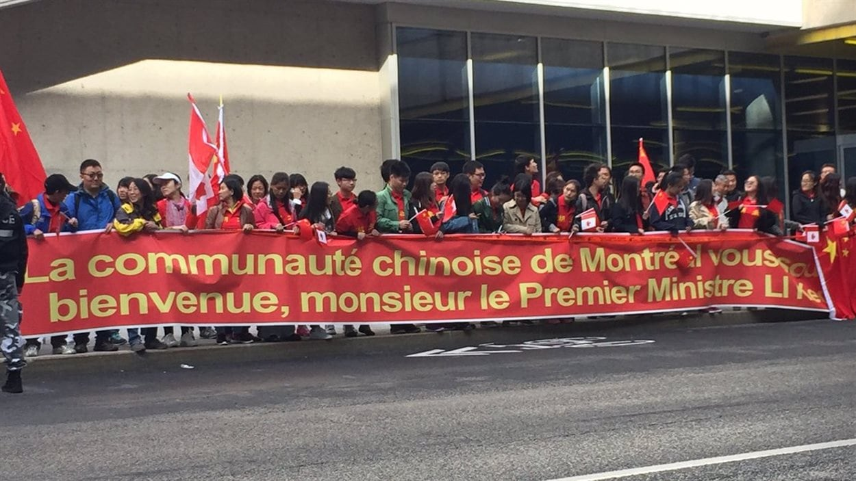 Une foule accueille le premier ministre chinois Li Keqiang à son arrivée à Montréal.