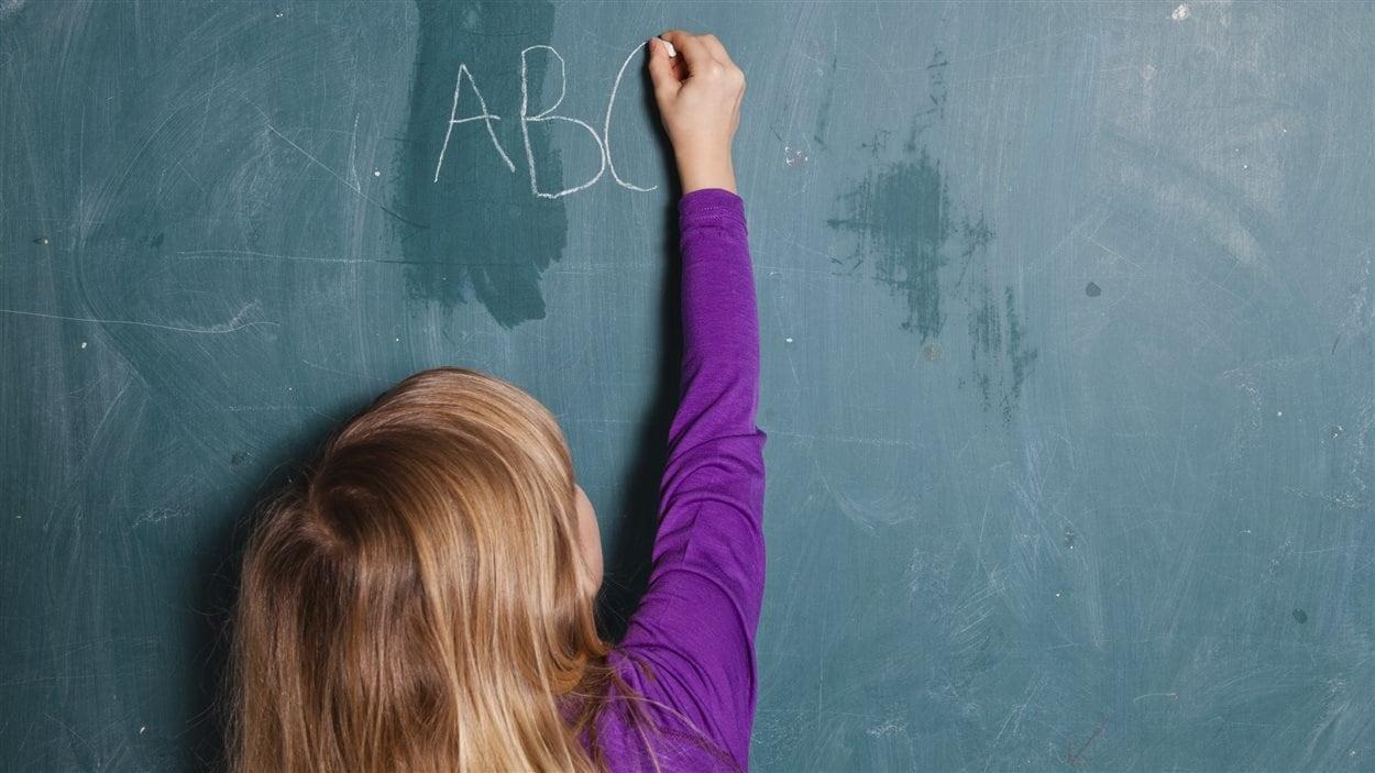 Enfant écrivant au tableau