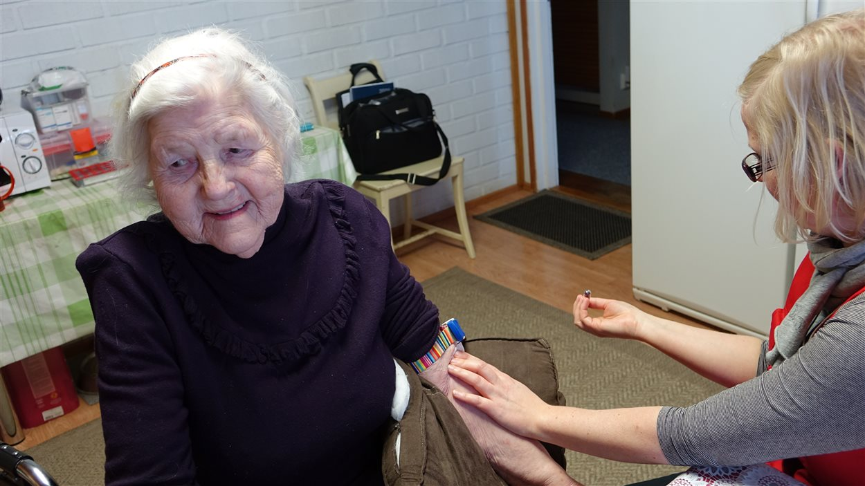 L'infirmière Sari Aaltonen fait une prise de sang à Maria.