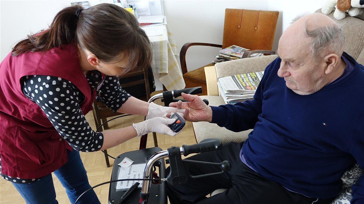 L'infirmière Jutta Kallin rend visite à Ivari Paakki, atteint d'alzheimer.