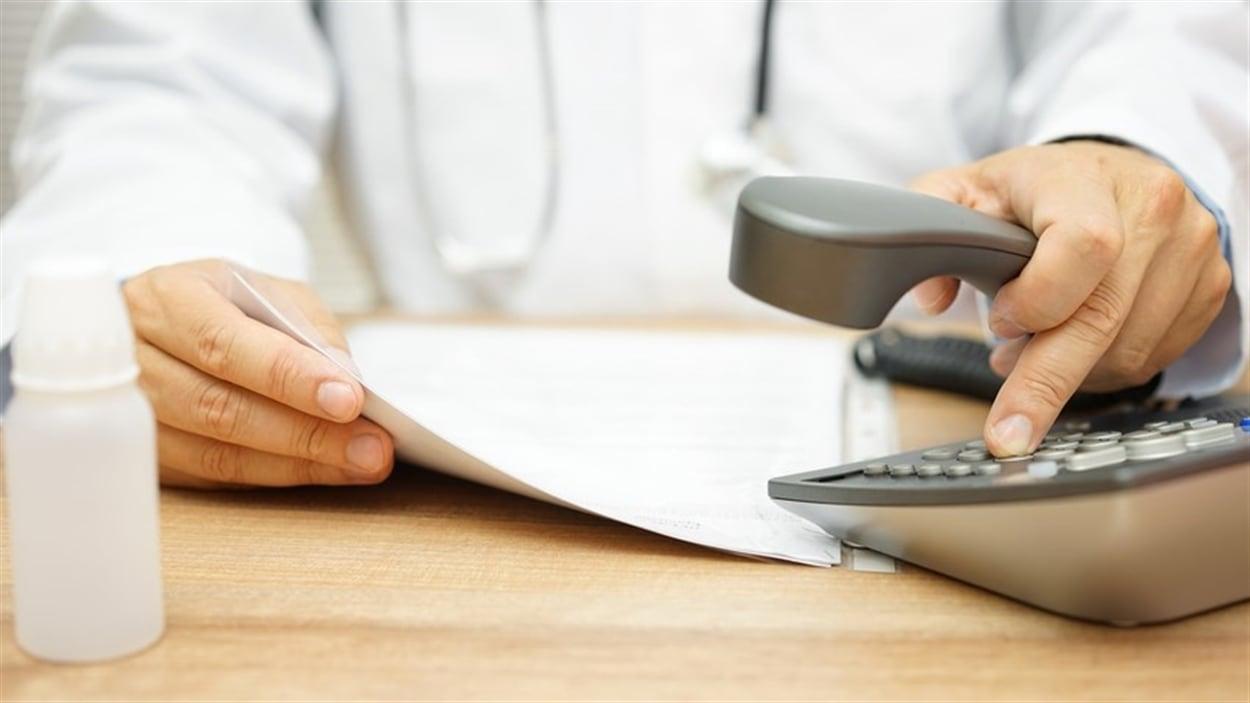 Un médecin téléphone