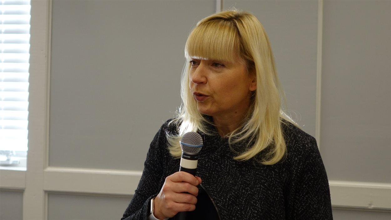 La ministre responsable de la Direction des Services en français, Elaine Taylor