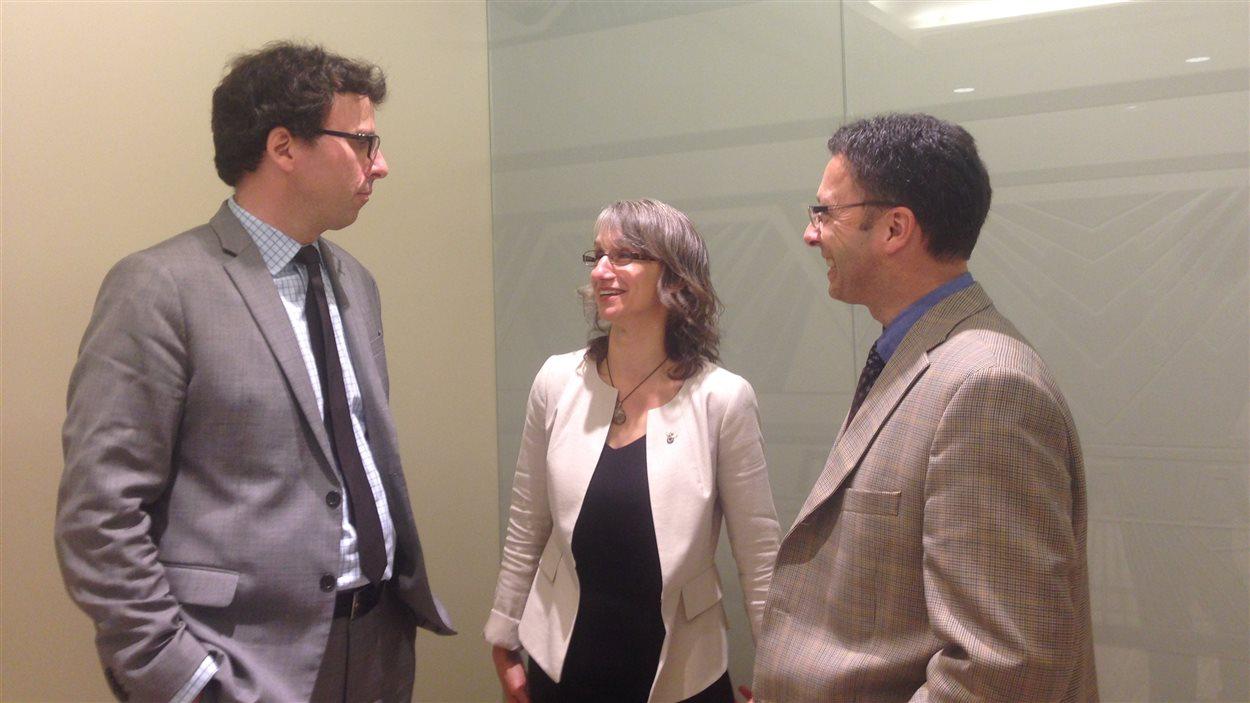 L'avocat Mark Power discute avec Marie-Andrée Asselin, dir. de la FPFCB et Sylvain Allison, trésorier du CSF