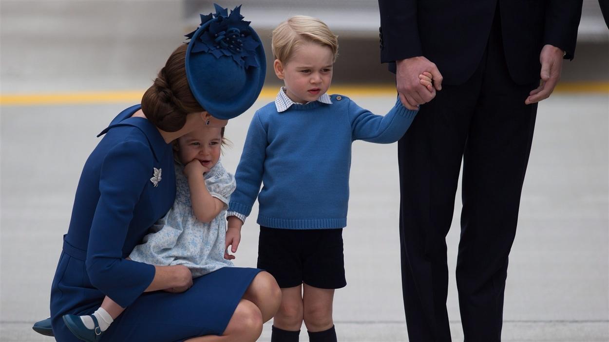William tenant par la main son fils George et Kate avec Charlotte dans les bras