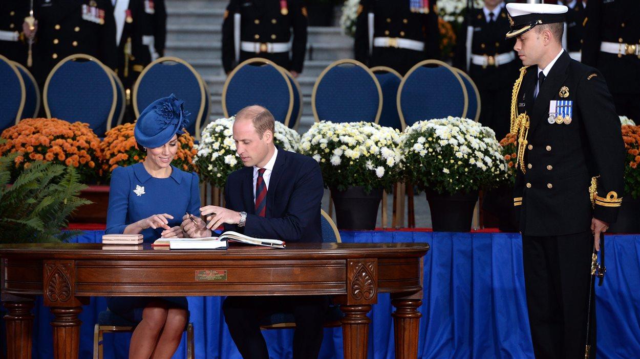 Le prince William et la duchesse de Cambridge ont signé le livre d'or de l'Assemblée législative de la Colombie-Britannique.