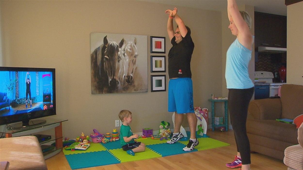 Gabriel Samson et Stéphanie Cantin s'entraînent sous le regard amusé de leur fils.