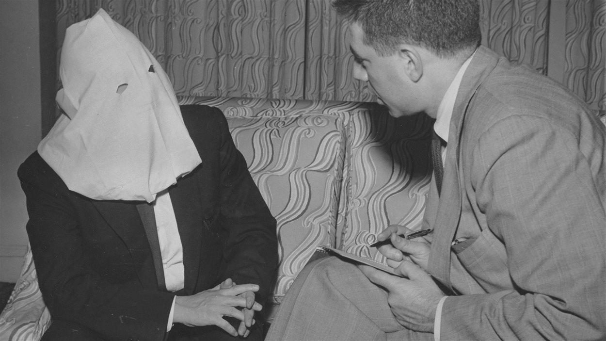 Igor Gouzenko interviewé par un journaliste, le 27 avril 1954
