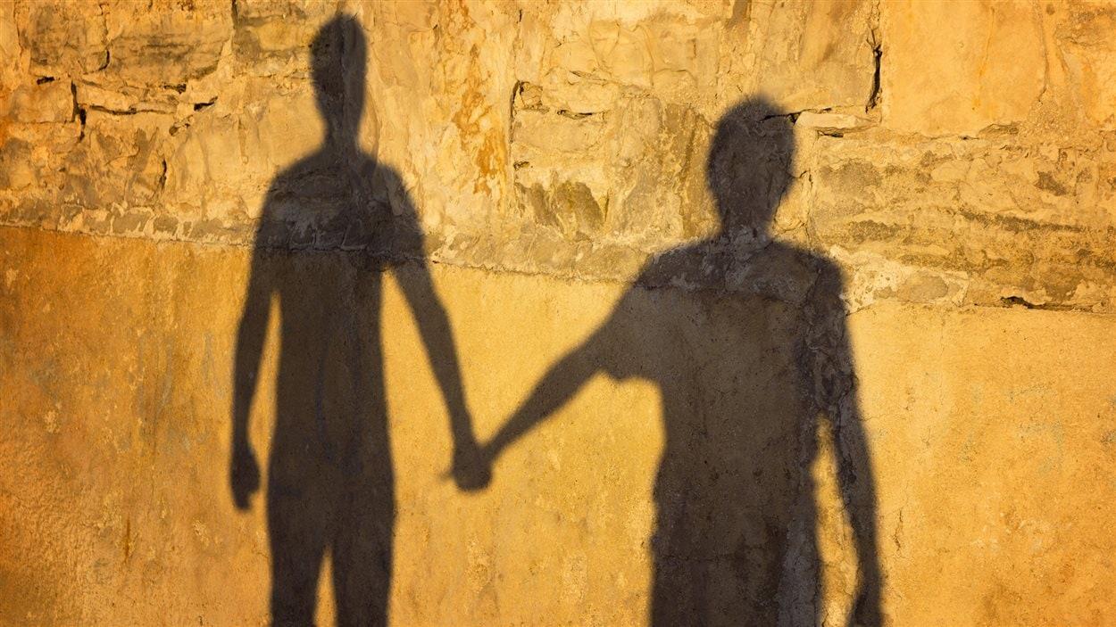 Les ombres d'un couple homosexuel sur un mur