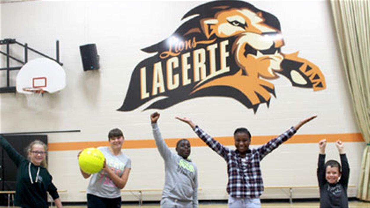 Le logo dans le gymase de l'École Lacerte a été conçu par Pierre Lavoie, un ancien étudiant.