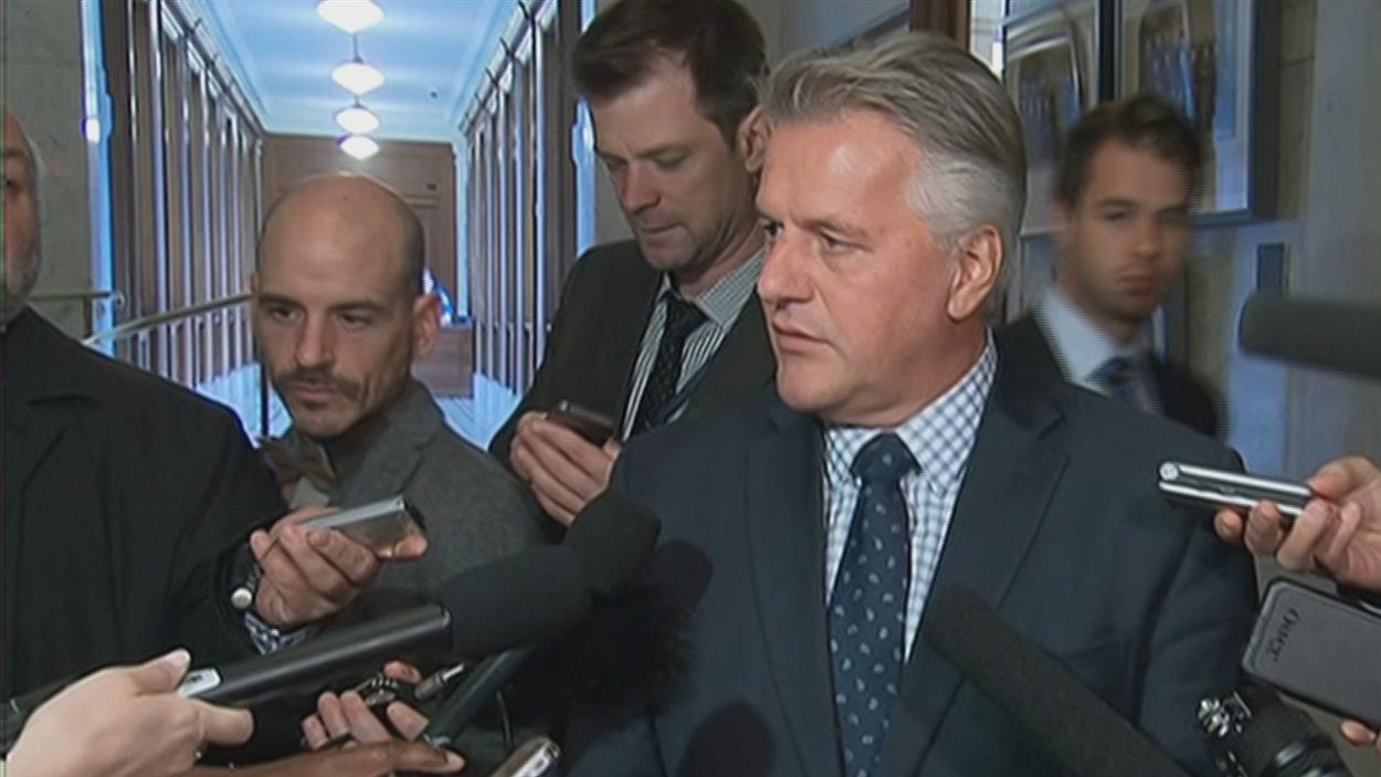 Le ministre Laurent Lessard questionné par les journalistes de la Colline parlementaire.