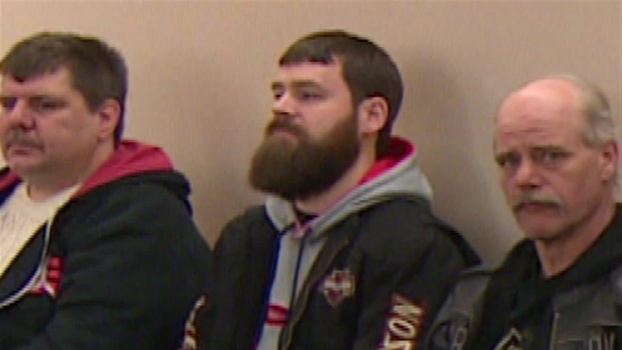 Daniel Leonard (au centre) est accusé de meurtre au deuxième degré en lien avec la mort de Dale Porter en 2014.