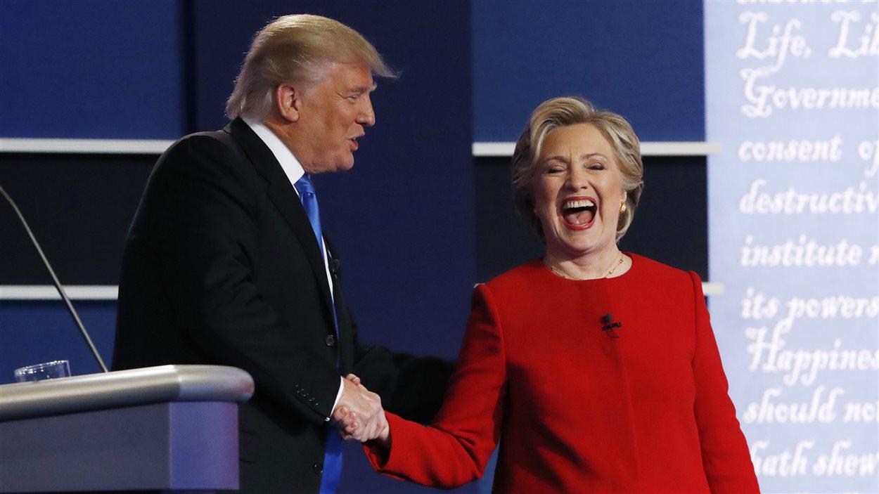 Donald Trump et Hillary Clinton se serrent la main lors du premier débat présidentiel.