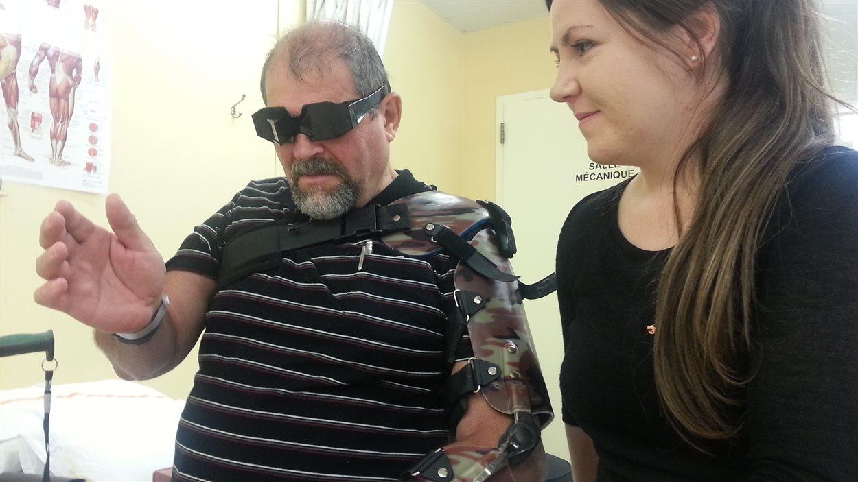 Gérard Gagnon a perdu l'usage de sa main gauche. Il porte des lunettes à prisme qui l'aident avec sa douleur fantôme