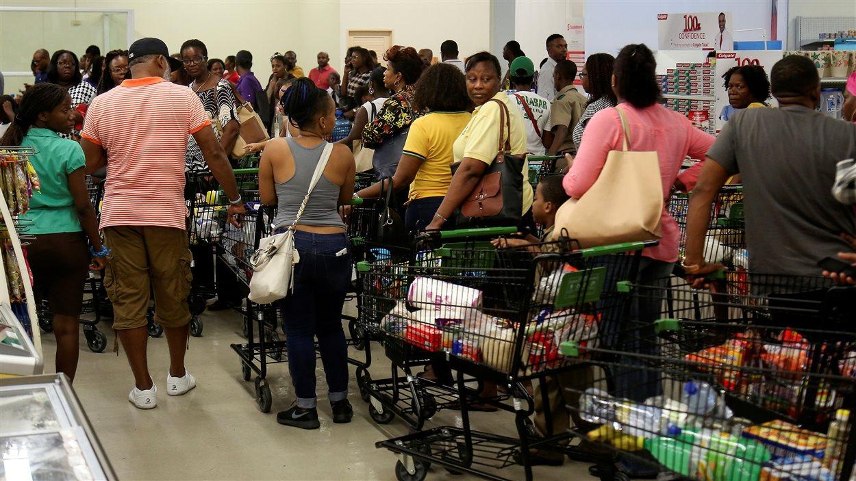 Les Jamaïcains se sont rués dans les supermarchés pour faire le plein de provisions en prévision de l'arrivée de l'ouragan Matthew.