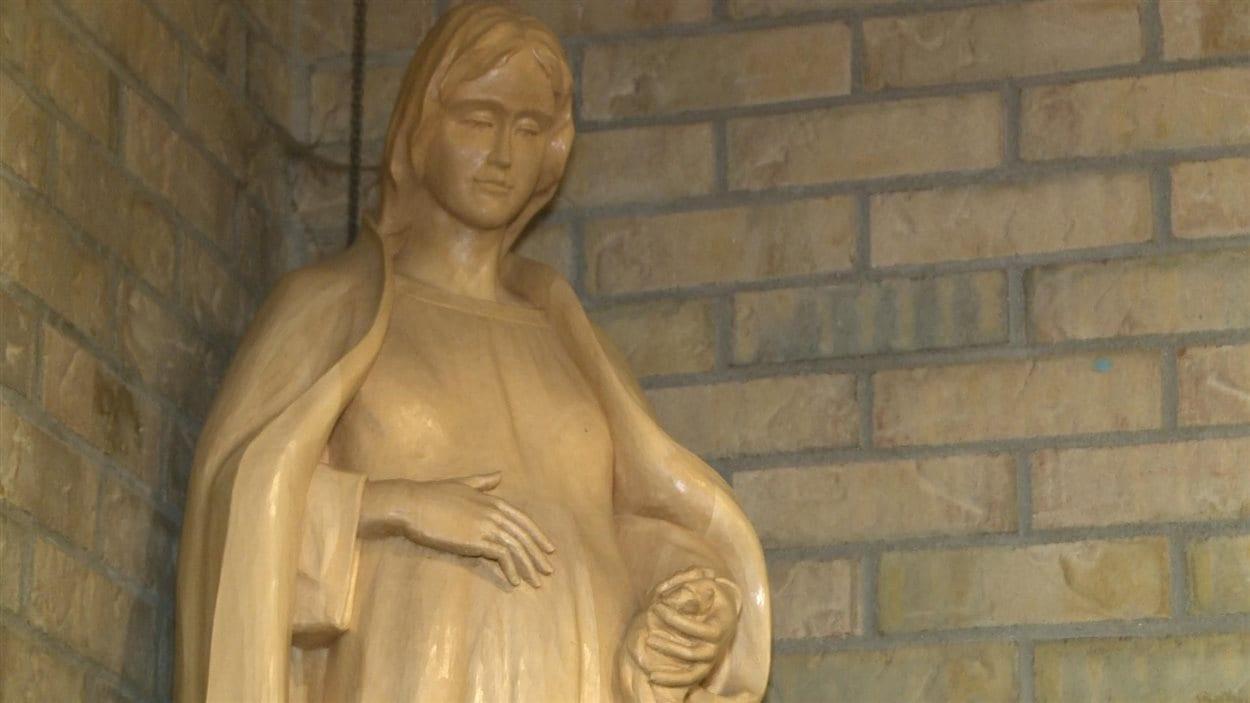 Sculptée par Jacques Bourgault, la Vierge enceinte a beaucoup fait jaser.